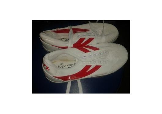 Giày đỏ chữ Y